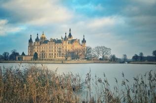 Schloss über den Burgsee gesehen